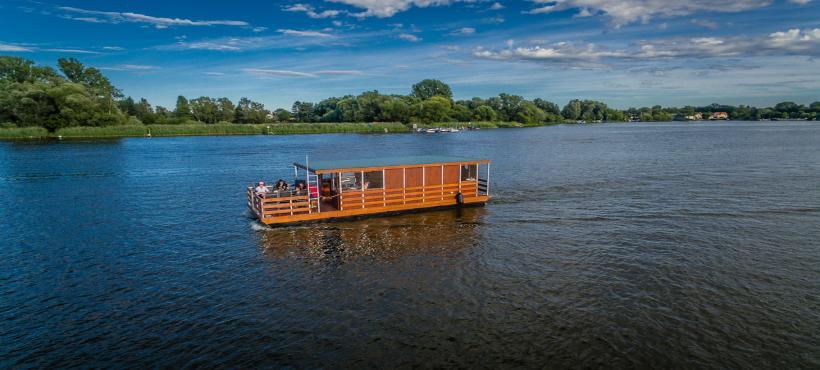 Ein Hausboot mitten im See