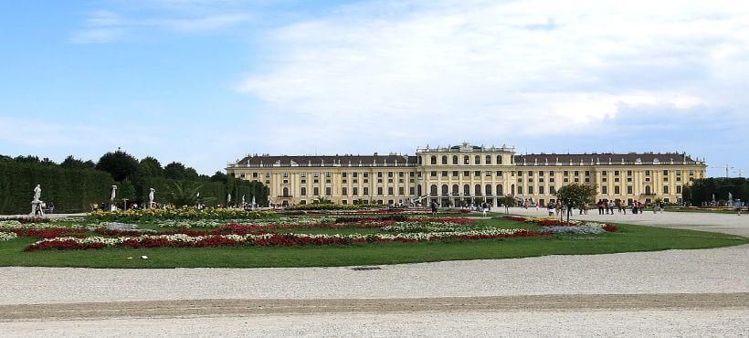 das Schloß Schönbrunn unter blauem Himmel