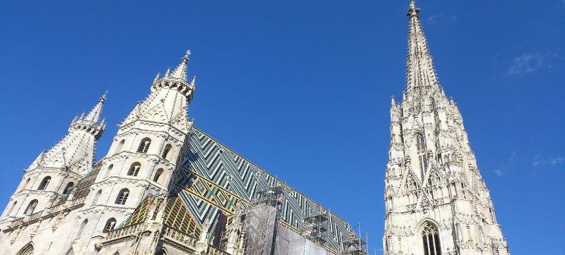 der Stephansdom unter blauem Himmel