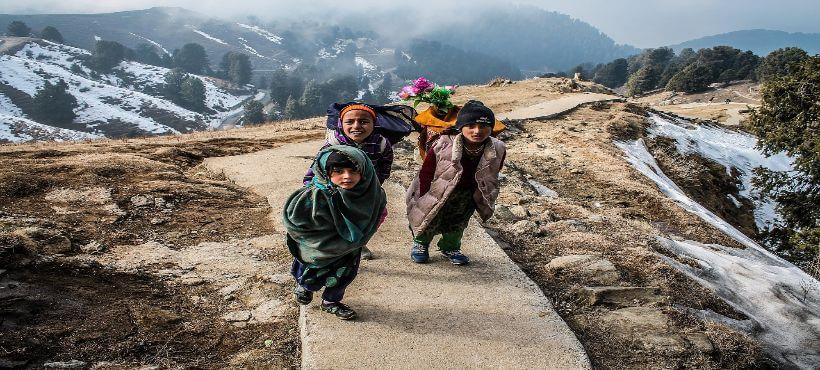einheimische Himalaya Bewohner maschieren auf einem Weg