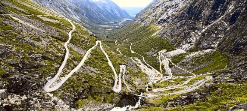 Straße mit vielen Serpentinen die sich auf den Berg schlängeln
