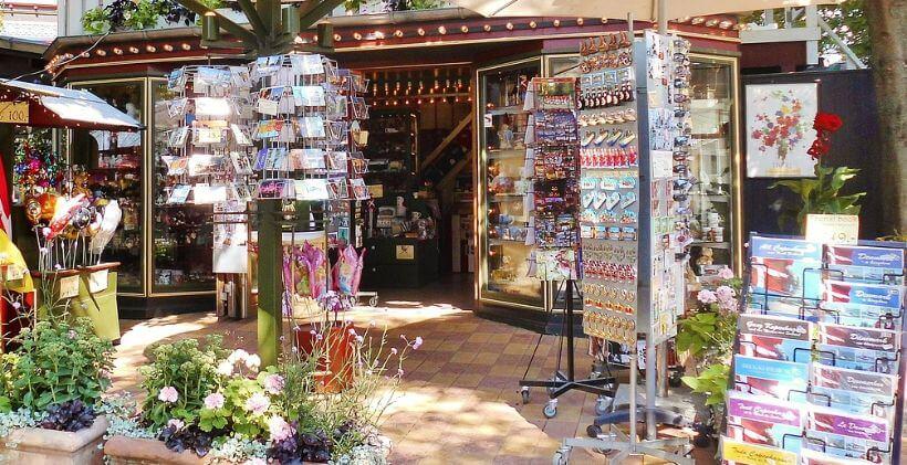 Bild von einem Kiosk mit vielen Zeitungen und Souvenirs