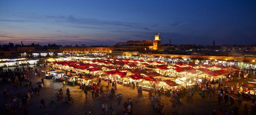 Ein hell beleuchteter Markt in Marrakesch bei Nacht