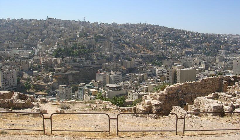 Das Bild zeigt einen Teil der Hauptstadt Amman von der Ferne