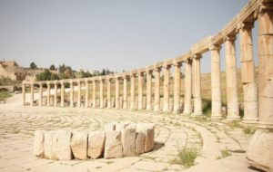 Das Bild zeigt das ovale Forum von Jerash
