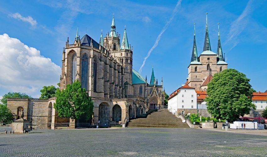 Der Erfurter Dom mit dem breiten Stiegenaufgang.
