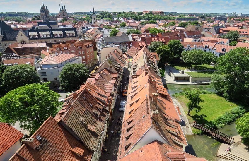 Das Bild zeigt die Dächer der Gebäude auf der Krämerbrücke in Erfurt, mit dem schmalen Weg der durchführt.