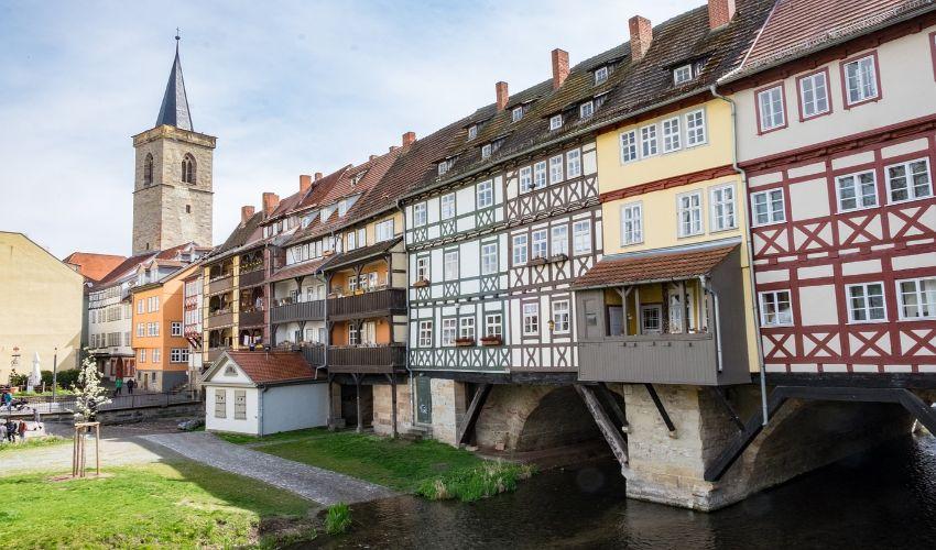 Die Krämerbrücke mit den alten Gebäuden oben drauf.