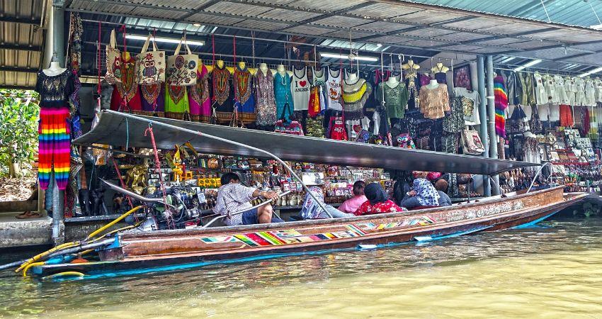 Ein Boot beladen mit vielen Waren die zum Verkauf angeboten werden.