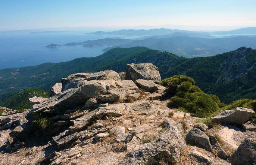 Von einem Hügel auf Elba runter auf das Meer Fotografiert.