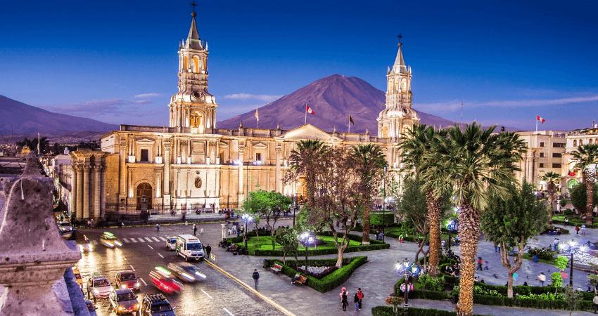 Ein Bild von der Stadt Arequipa in Peru in der Abenddämmerung.