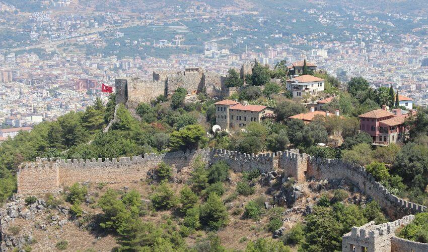 Eine Burg auf einem Hügel mit Blick auf die Altstadt von Alanya.