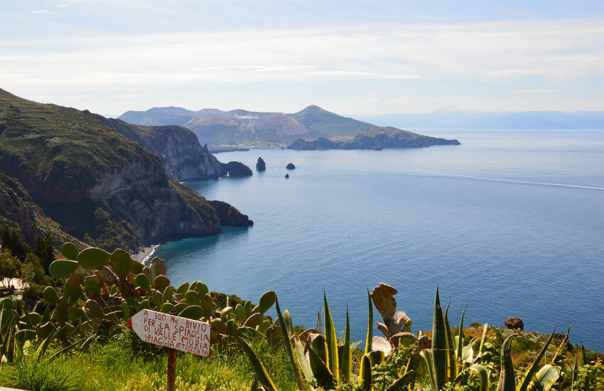 Insel mit steilen Felsklippen.
