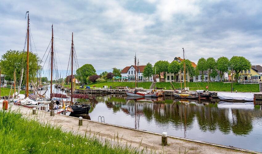 Segelboote am Hafen von Carolinensiel.