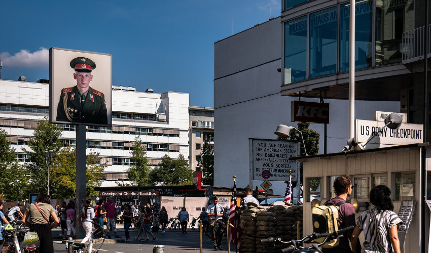 Zu sehen ist der Checkpoint Charlie in Berlin.