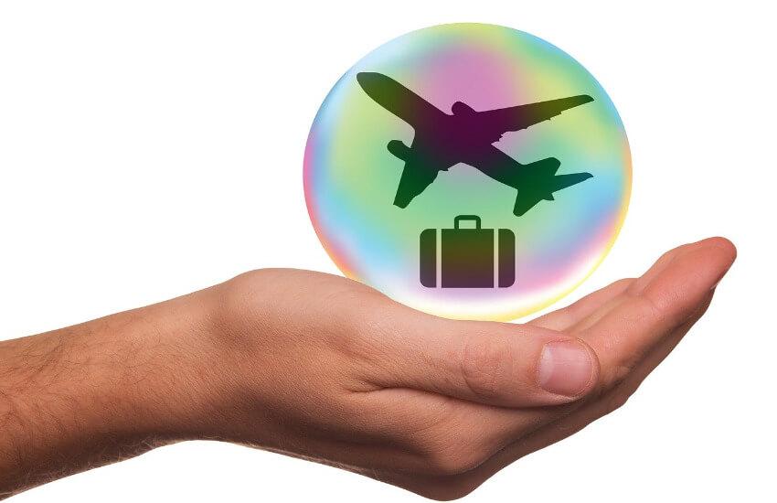 Ein Symbol für die Erde mit einem Flugzeug und einem Reisegepäck in einer Hand.