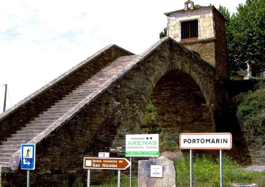 Viele Stufen zur Kapelle Virgen de las Nieves in Portomarín.