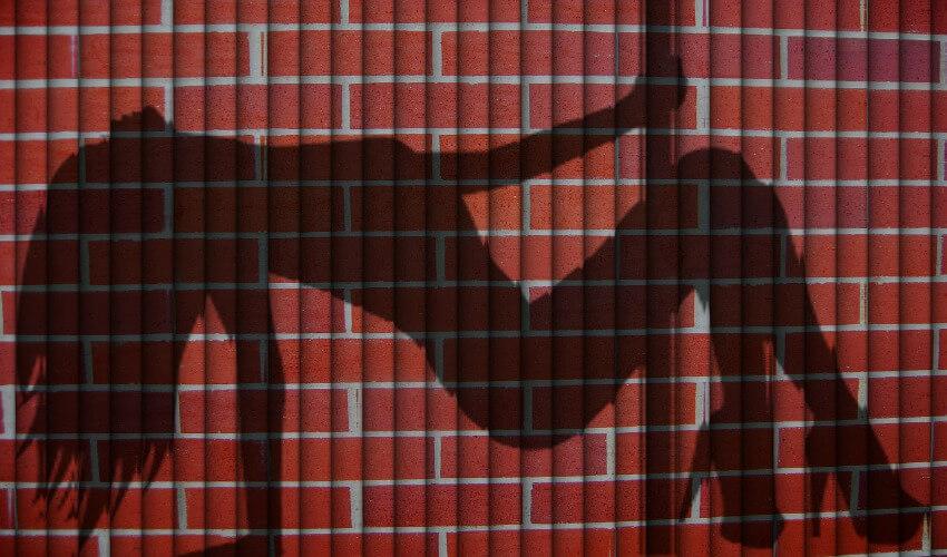 Ein Schatten einer Frau die an einer Pole Dance Stange tanzt