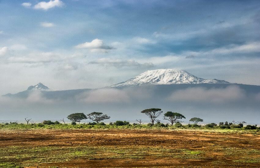 Der Kilimandscharo unter einer Wolkendecke