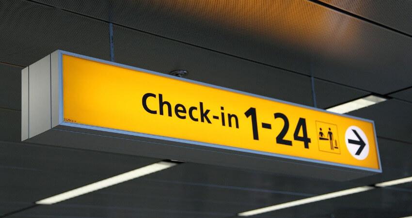 Ein Schild auf dem Flughafen was den Weg zum Check-in zeigt
