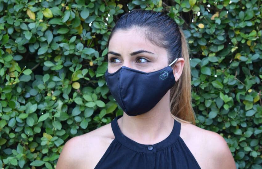 Eine Frau mit einer schwarzen Mundschutz Maske