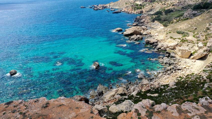 Eine felsige Bucht in Malta.