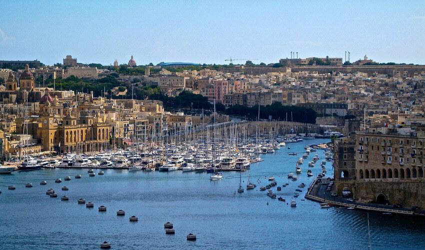 Ein Hafen auf Malta mit vielen Booten.