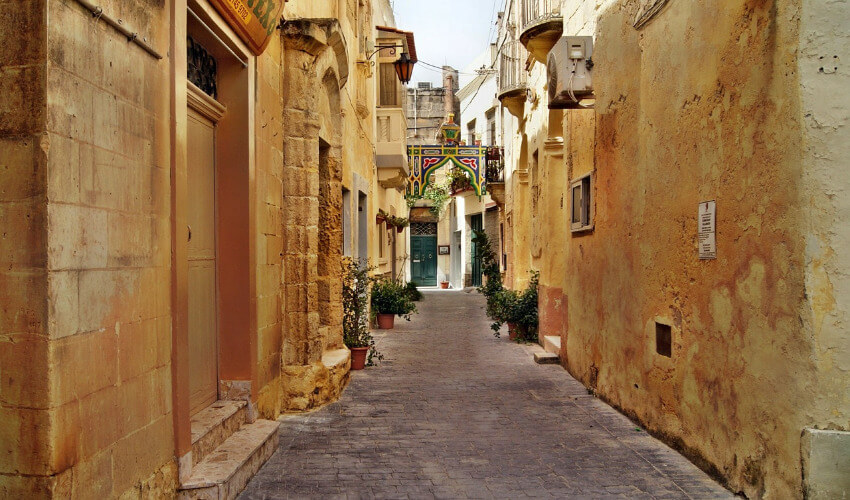Eine enge Gasse in Valletta.