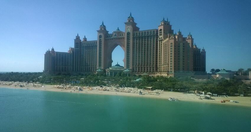 Ein Luxushotel direkt am Strand von Dubai.