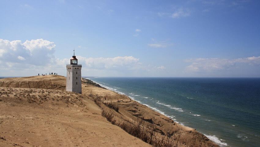 Ein weißer quadratischer Leuchtturm am Strand von Nordjütland.