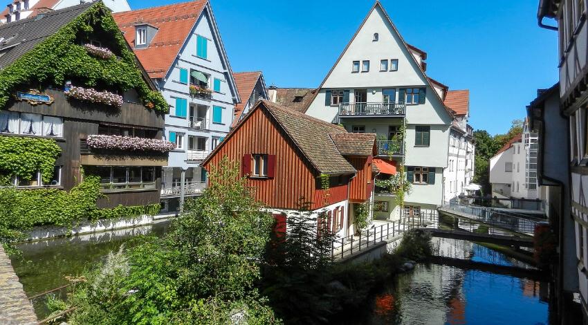 Ein kleiner Fluss zwischen alten Fachwerkhäusern, welche mit kleinen Brücken verbunden sind.
