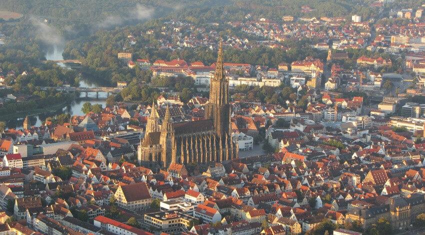 Die Kirche mit dem höchsten Kirchturm der Welt von der Luft aus fotografiert.