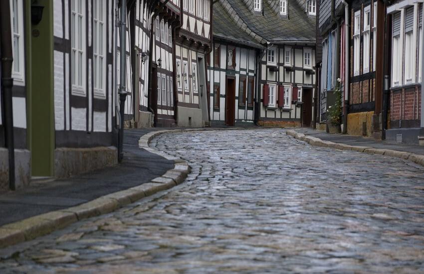 Ein Fachwerkhaus neben dem anderen direkt zusammengebaut und inzwischen eine gepflasterte Straße.