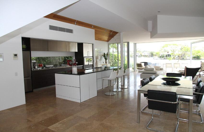 Eine große Küche mit Kücheninsel und einem Esstisch.